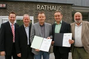 Nach der Unterzeichnung im Rathaus am Freitag: v.l.n.r.: Frank Trimborn, Karl-Wilhelm Schaffhaus, Horst Kybus (alle CDU); Horst Becker, Charly Göllner (GRÜNE Lohmar). Bild: Jürgen Morich