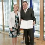 Ministerpräsidentin Hannelore Kraft überreicht dem Parlamentarischen Staatssekretär Horst Becker die Ernennungsurkunde